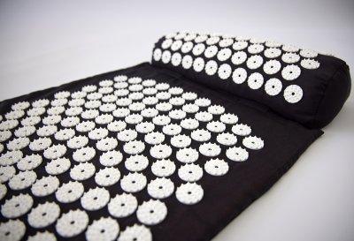 Массажный коврик и валик 2в1 (аппликатор Кузнецова) массажер для ног/спины/шеи/тела FitUp (F-00001) Черно-белый