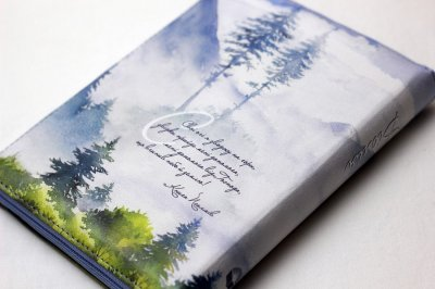 Біблія з малюнком лісу, середнього формату у м'якій палітурці зі шкірзаму